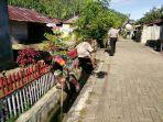 babinsa-bersama-bhabinkamtibmas-desa-wineru-gotong-royong-bersihkan-drainase.jpg