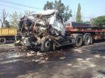 bangkai-truk-trailer-yang-rusak-parah-setelah-menghantam-truk-trailer.jpg