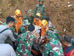 basarnas-bersama-tim-gabungan-tni-dan-polri-melakukan-evakuasi-korban-378458.jpg
