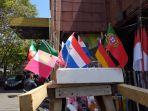 bendera-yang-dijajakan-di-kawasan-niaga-45-manado-sulawesi-utara-selasa-862021.jpg