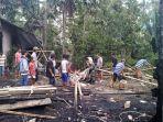 bersihkan-puing-kebakaran_20181102_201102.jpg