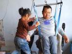 bocah-6-tahun-merawat-ayahnya_20181004_144543.jpg
