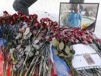 bunga-duka-ditempatkan-di-dekat-potret-pilot-rusia-roman-filipov-di-moskow_20180207_114126.jpg