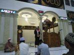 bupati-bolsel-haji-iskandar-kamaru-lakukan-salat-tarawih-perdananya-di-masjid-an-nur-desa-molibagu.jpg
