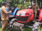 bupati-minsel-franky-wongkar-lakukan-uji-coba-salah-satu-traktor-pertanian.jpg