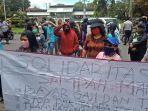 buruh-sampah-di-manado-melakukan-unjuk-rasa-di-depan-kantor-pemkot-manado-rabu-2422021.jpg