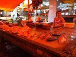 daging-ayam-dan-ikan-mujair-yang-dijual-di-pasar-karombasan-manado-sulawesi-utara-55675765.jpg