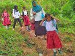 dian-praharsini-abdullah-dan-anak-anak-didik-di-pedalaman-kabupaten-bolmong-sulut.jpg