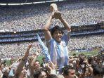diego-maradona-memegang-trofi-timnya-setelah-argentina-menang-3-2.jpg