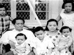 dn-aidit-bersama-istrinya-soetanti-dan-anak-anaknya.jpg
