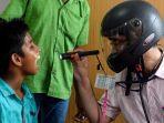 dokter-di-india-memeriksa-pasien-sambil-mengenakan-helm.jpg