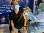dr-jacob-pajan-saat-melakukan-vaksinasi-di-puskesmas-tikala-baru-jumat-1512021.jpg