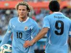 duet-striker-timnas-uruguay-diego-forlan-dan-luis-suarez.jpg
