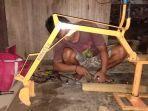 eka-paduo-warga-desa-moyag-kecamatan-kotamobagu-timur-menyulap-besi-tua-menjadi-mainan-anak.jpg