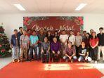 foto-bersama-karyawan-tribun-manado-dan-pdt-arthur-kelung-mth.jpg