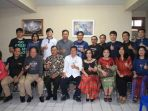 foto-bersama-penghuni-asrama-mahasiswa-sam-ratulangi-dan-wali-kota-manado-gs-vicky-lumentut_20180429_125718.jpg