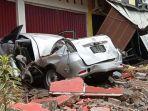 foto-mobil-tertimpa-bangunan-rusak-akibat-gempa-bumi-di-mamuju-sulawesi-barat-jumat-1512021.jpg
