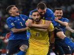gianluigi-donnarumma-melakukan-selebrasi-bersama-pemain-timnas-italia-lainnya.jpg
