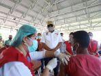 gubernur-olly-ketika-meninjau-vaksinasi-covid-19-di-objek-wisata-pantai-ranowangko-minahasa.jpg