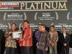 gubernur-olly-sabet-penghargaan-indonesia-attractiveness-award.jpg