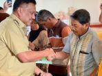 gubernur-sulawesi-utara-olly-dondokambey-melakukan-penyerahan-sertifikat.jpg