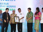 gubernur-sulawesi-utara-olly-dondokambey-se-mendapatkan-penghargaan-dari-muri_20180511_222131.jpg