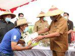 gubernur-sulawesi-utara-saat-menyerahkan-bantuan-bibit-dan-pupuk-bagi-para-petani-jagung.jpg