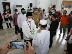 gubernur-sulut-olly-dondokambey-menyerahkan-simbolis-3-ribu-paket-bantuan-ramadan.jpg