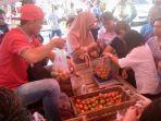 harga-tomat-tembus-rp-20-ribu-per-kg-tpid-gelar-operasi-pasar-di-bersehati-dan-karombasan.jpg