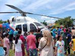 helikopter-milik-polda-sulut-dikerumuni-warga-untuk-foto-foto-di-lapangan-sinindian.jpg