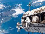 ilustrasi-astronot-saat-berada-di-luar-angkasa.jpg