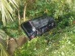 ilustrasi-kecelakaan-mobil-minibus-carry-terjatuh-ke-jurang-sedalam-10-meter.jpg