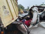 ilustrasi-kecelakaan-mobil-tabrak-bagian-belakang-truk.jpg