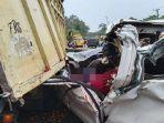 ilustrasi-kecelakaan-mobil-tabrak-belakang-truk-21921u4.jpg