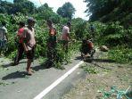 jalan-trans-sulawesi-dibersihkan-warga-dan-anggota-koramil-bintauna.jpg