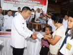 james-sumendap-menyerahkan-bantuan-kepada-warga-kurang-mampu-lewat-program-pkh_20170809_184539.jpg