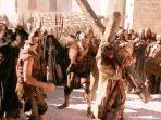 jim-caviezel-bersaksi-usai-perankan-yesus-di-film-the-passion-of-the-christ-syuting-pikul-salib.jpg