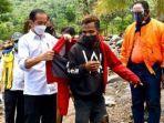 jokowi-beri-jaket-merahnya-kepada-fransiskus-warga-korban-banjir-bandang-di-ntt.jpg