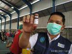 jubir-satgas-covid-19-sulut-dr-steaven-dandel-menunjukan-vaksin-aztrazeneca.jpg