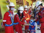 karyawan-pt-pp-bendungan-lolak-saat-menyalurkan-bantuan-ke-anak-anak-sdn-totabuangghghgh.jpg