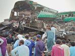 kecelakaan-maut-dua-kereta-bertabrakan-di-pakistan-tewaskan-32-orang-sebanyak-8-gerbong-hancur.jpg
