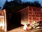 kecelakaan-maut-truk-kontainer-terbalik-menimpa-mobil-sigra.jpg