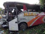kecelakaan-terjadi-antara-bus-po-mira-jurusan-surabaya-madiun-dengan-truk-pengangkut-ayam-potong.jpg