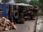 kecelakaan-truk-bermuatan-limbah-kayu-terguling-hingga-muatan-berhamburan.jpg