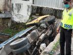 kecelakaan-tunggal-truk-tabrak-tempok-dan-masuk-ke-sungai-kamis-26112020.jpg