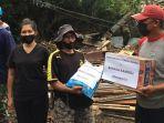 keluarga-ronald-kandoli-antou-menyalurkan-bantuan-kepada-para-warga-di-desa-pangu.jpg