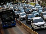 kendaraan-bermotor-melambat-akibat-terjebak-kemacetan-di-jalan-jenderal-sudriman-121212.jpg