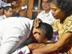 kepala-badan-pelindungan-pekerja-migran-indonesia-bp2mi-benny-rhamdani-bersimpuh.jpg