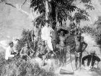 kepala-desa-mentawai-bersama-bangsa-eropa-pada-1892.jpg