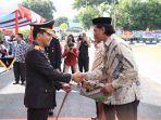 ketua-bikers-subuhan-manado-menerima-penghargaan-dari-kapolda-sulut.jpg